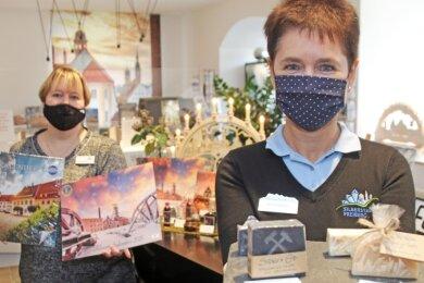 Kerstin Grießbach (rechts) und Andrea Funke präsentieren Erzgebirgsseifen und Freiberg-Kalender - zwei neue Angebote in der Tourist-Information am Schloßplatz.