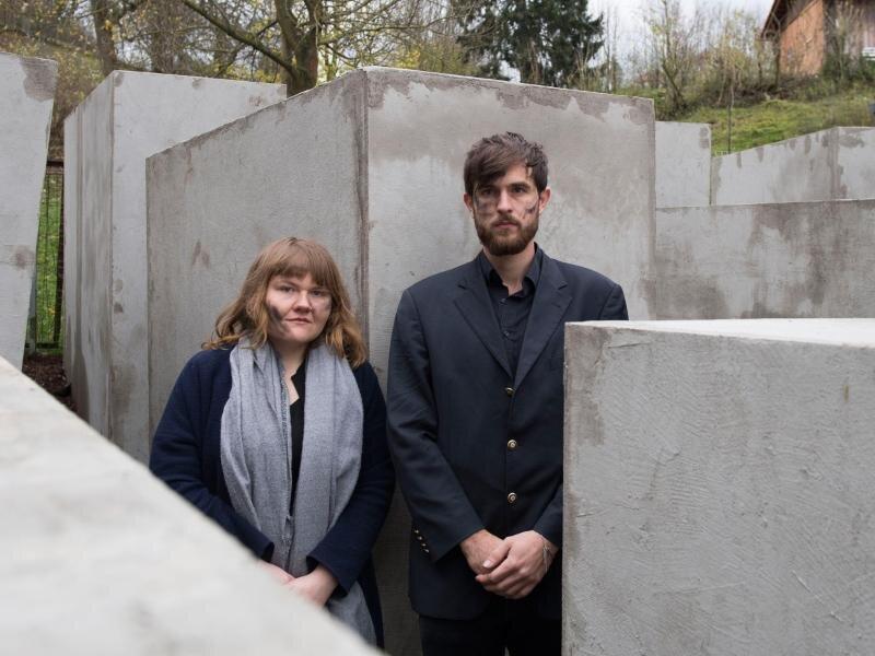 In Anlehnung an Höckes «Dresdner Rede», in der er das Holocaust-Mahnmal als«Denkmal der Schande»bezeichnet hatte, haben Aktivisten 24 Betonstelen in der Nähe von Höckes Haus aufgestellt.
