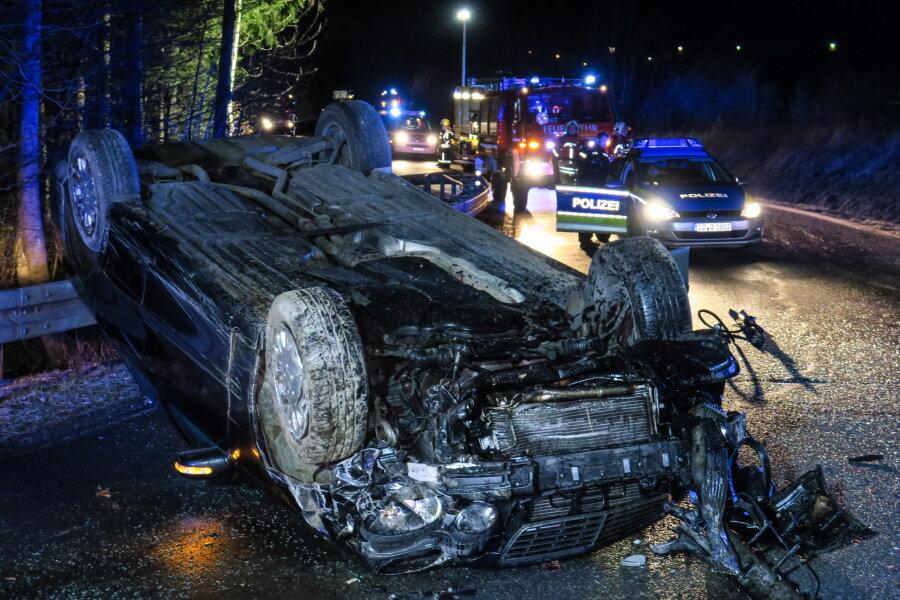 Ein Mercedes ist in der Nacht zu Samstag auf der Schneeberger Straße von der Fahrbahn abgekommen, hat sich überschlagen und ist auf dem Dach liegengeblieben.