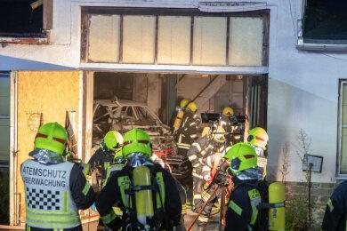 Bei einem Garagenbrand in der Scheibenberger Straße in Crottendorf ist ein 38-Jähriger am Samstagabend verletzt worden.