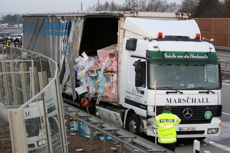 Bei einem schweren Unfall auf der A4 ist am Samstag ein Mensch getötet worden