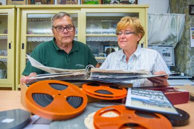 Der Vorsitzende des Heimatvereins Jahnsdorf Manfred Kinas und Vereinsmitglied Regina Ludwig bei der Vorbereitung des Filmabends.