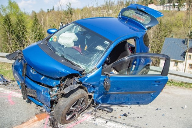 Der Aufprall war so stark, dass es den Toyota auf die Leitplanke schleuderte.