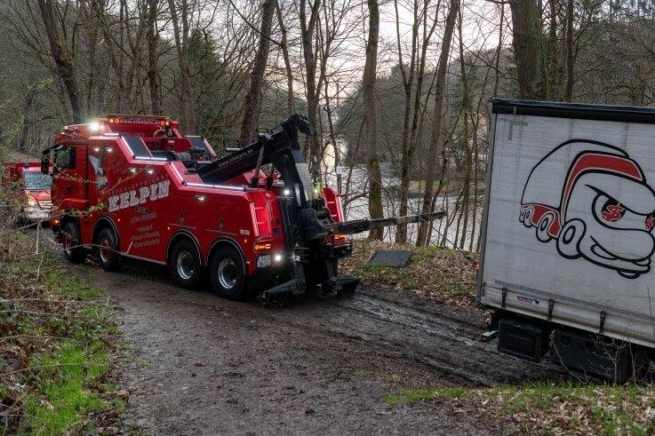 Ein sogenannter Berge-Lkw kam am Montagabend im Wald bei Penig zum Einsatz und schleppte den im Morast feststeckenden 40-Tonner frei.