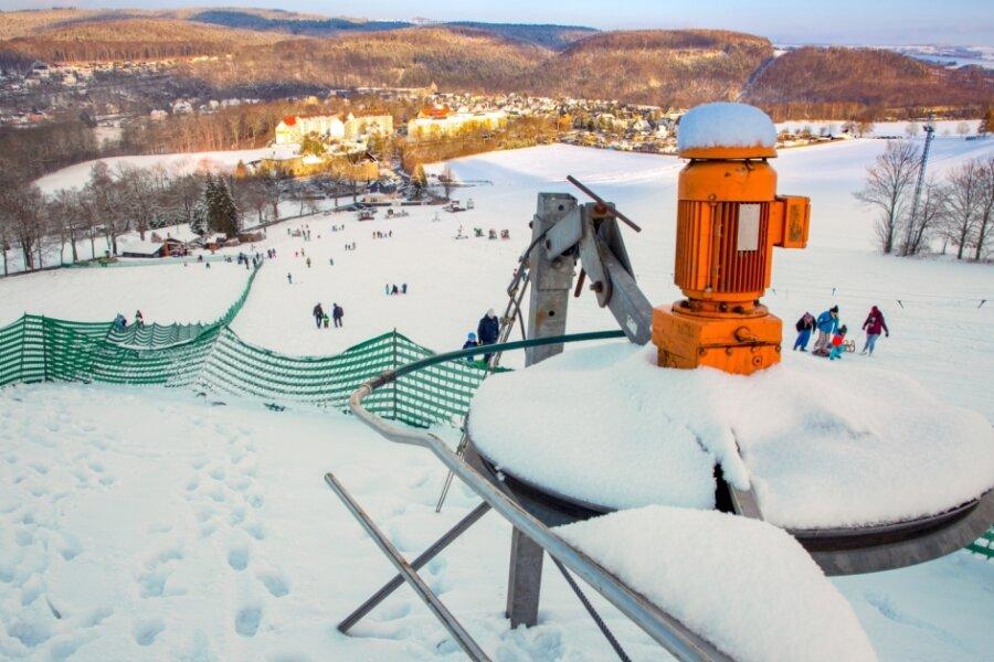 """Nur Rodeln war am Skihang in Falkenau im vergangenen Winter möglich. Der Schlepplift drehte sich nicht, die """"Öltheke"""" blieb geschlossen. Der örtliche Skiclub wird aber trotz aller Ungewissheit die kommende Skisaison wieder vorbereiten."""