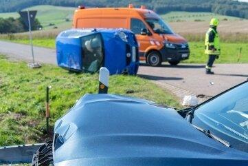 Beim Unfall auf der B 107 hatte sich der VW (hinten) mehrfach überschlagen.