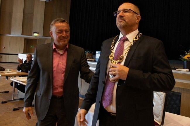Er ist nun der Träger der Amtskette: Der bisherige OB Ralf Oberdorfer übergab den offiziellen Schmuck an Nachfolger Steffen Zenner.