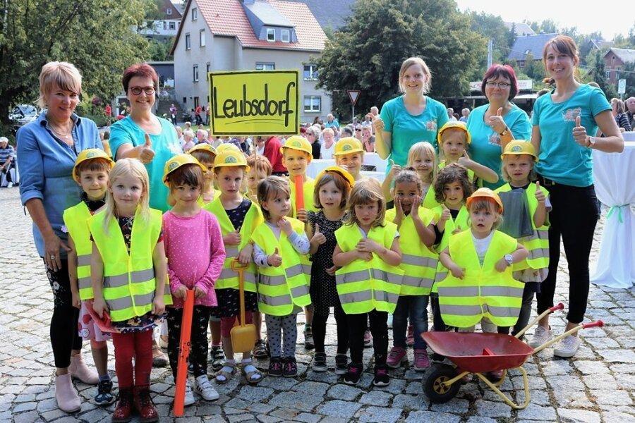 """Mädchen und Jungen aus der Kita """"Rasselbande"""" Leubsdorf gestalteten während der Feier zur offiziellen Freigabe der Hauptstraße ein kleines Programm."""