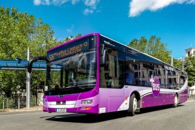 Die Busse des Regionalverkehrs Westsachsen, die künftig im Auftrag des Verkehrsverbundes Mittelsachsen auf der Plusbuslinie 526 zwischen Limbach-Oberfrohna und Chemnitz (im Bild am Omnibusbahnhof) unterwegs sind, sollen so wie dieses Fahrzeug beklebt sein.