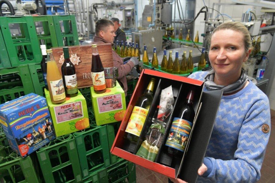 Besondere Zeiten verlangen besondere Ideen: Die Firma Heide setzt auf Versand und bietet mehr alkoholfreien Glühwein. Außendienstmitarbeiterin Daniela Stenzel schaut an der Abfüllanlage nach der Ware, die sie auch in die Geschäfte fährt.