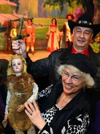 Die Puppenspieler Bettina und Johannes Fischer in der Holzoper Frankenberg.