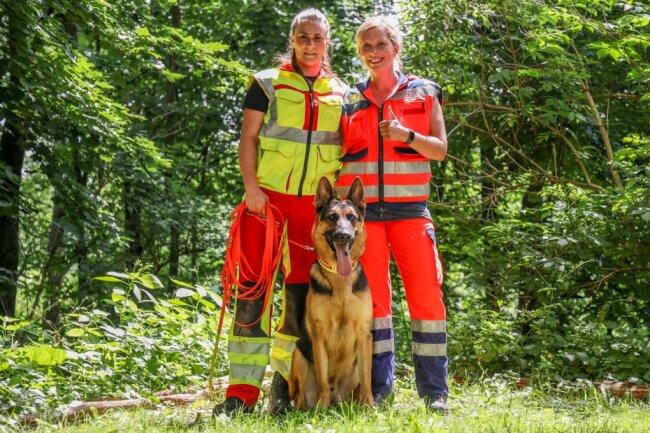 Hundeführerin Victoria Bergner (l.) mit DLRG-Rettungshund Roland jr. Böhm und Teamhelferin Lisette Sommer nach der bestandenen Prüfung.