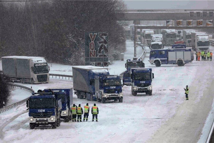 Im Raum Dresden wurden am Montag zeitweise Auffahrten auf die Autobahn 4 gesperrt, um liegengebliebene Lkw freizuschleppen. In Richtung Chemnitz war die Autobahn über Stunden gesperrt und es bildete sich ein mehr als 30 Kilometer langer Stau.