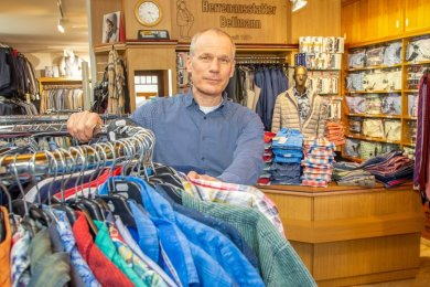 Inhaber Tino Bellmann in seinem Geschäft am Oederaner Markt: Der Herrenausstatter vermisst während der Coronaeinschränkungen Gerechtigkeit. Wie viele Einzelhändler, die keine Waren des täglichen Bedarfs anbieten, kämpft er ums Überleben.