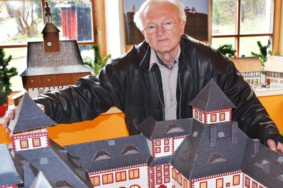 Günther Siegert mit einem Modell der Augustusburg.