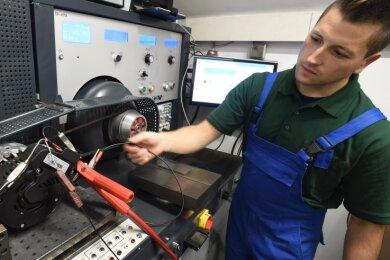 Oliver Schoepe von der Burgstädter Anlasser- und Lichtmaschinenservice-Firma an einer Prüfstrecke. Das Unternehmen arbeitet umweltbewusst.