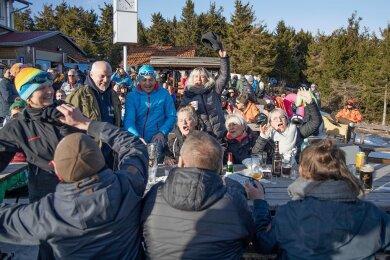 Nacktrodeln in Oberwiesenthal: Einige Hundert Besucher feierten ausgelassen an der Skihütte mit Musik von Tollhaus und Ginger Castello. Das Gesundheitsamt hatte im Vorfeld keine Bedenken gegen die Veranstaltung angemeldet.