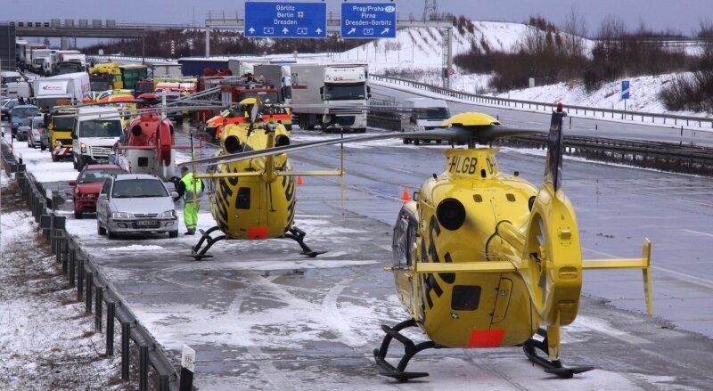 """<p class=""""artikelinhalt"""">Massenkarambolage am Autobahndreieck Dresden-West: Mit sechs Rettungshubschraubern, darunter zwei vom ADAC, mussten die Schwerverletzten geborgen werden. Einen direkten Zusammenhang mit dem anderen verheerenden Massenunfall nahe Wilsdruff gibt es nach ersten Erkenntnissen jedoch nicht. brennpunktfoto</p>"""