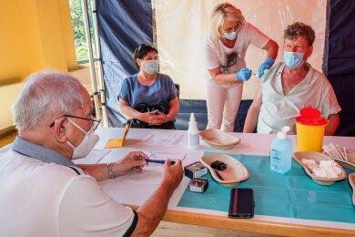 Nach dem Aufklärungsgespräch mit Allgemeinmediziner Jürgen Weber verabreichte Krankenschwester Janet Michen dem Ehepaar Alla und Eckhard Meyer aus Aue die Corona-Impfung.