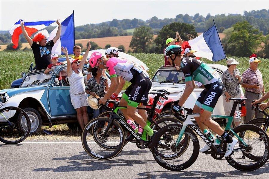 Als die Radsportwelt noch in Ordnung war: Marcus Burghardt (Mitte) fährt bei der Tour de France an jubelnden Fans vorbei. Diese Hoffnung besteht nun für das kommende Jahr, genauso wie für seine zwölfte Teilnahme an der Frankreich-Schleife.