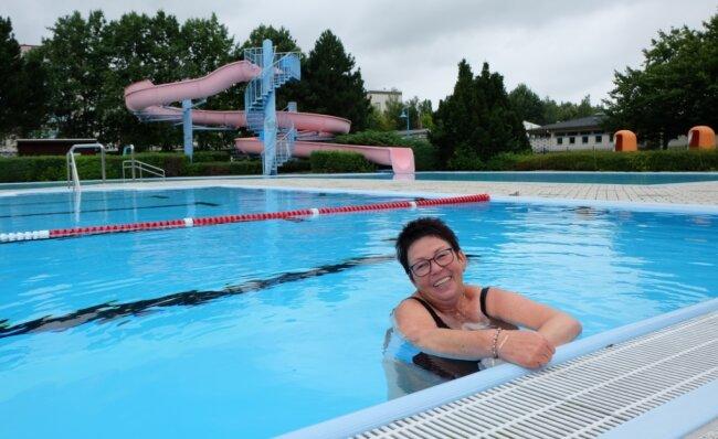 """Brigitte David hatte zuletzt viel Platz im Wasser. Auch bei niedrigen Temperaturen schwimmt sie fast täglich ihre20 Bahnen im Lugauer Freibad. """"Es ist schön, dass hier bei jedem Wetter geöffnet ist"""", sagt sie."""