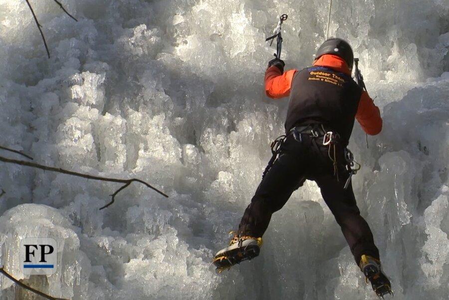 Eiskletterer erklimmen Blauenthaler Wasserfall