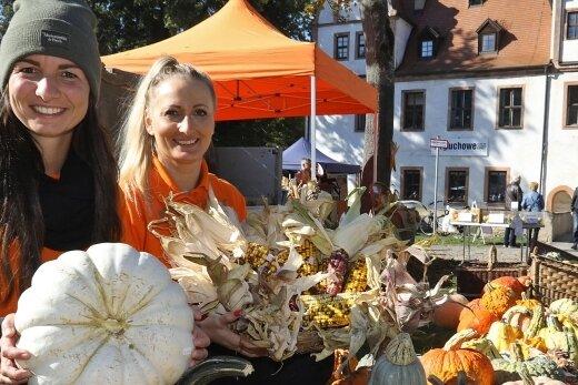 Kürbisse, bunten Mais aus eigener Ernte und Tipps zur Kürbiszubereitung gab es bei Sandy Stasiak (links) und Freundin Daniela Habiger beim Markt auf Schloss Forderglauchau.