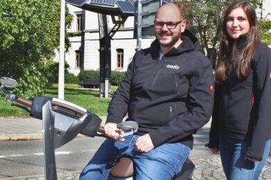 """Zwei Absolventen der Westsächsischen Hochschule Zwickau, die sich zur """"Zwik"""" im vergangenen Jahr begegneten und Kollegen wurden: Recruiterin Nicole Hippmann und Projektkoordinator Michael Hollmann."""