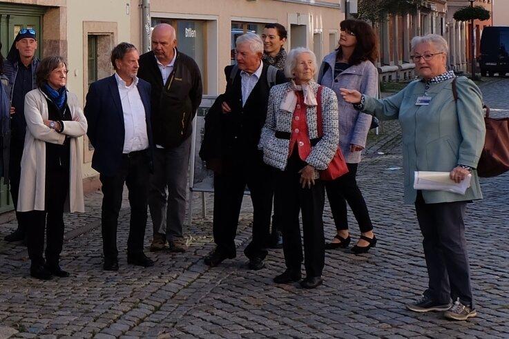 Kristina Faber (rechts) erzählte aus Carl von Bachs Leben. Die Führung endete vor seinem Geburtshaus in der Herrenstraße.