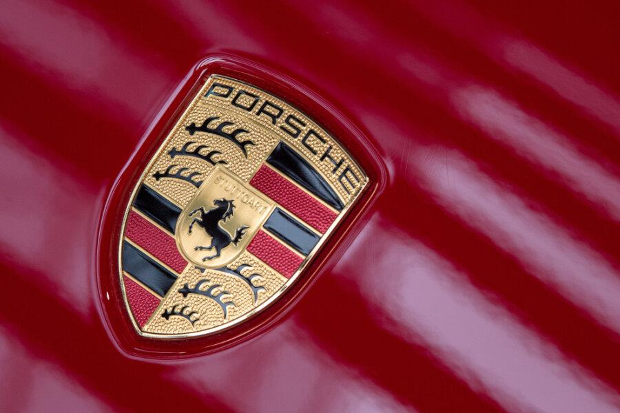 A 93: Karma holt Porschefahrer ein