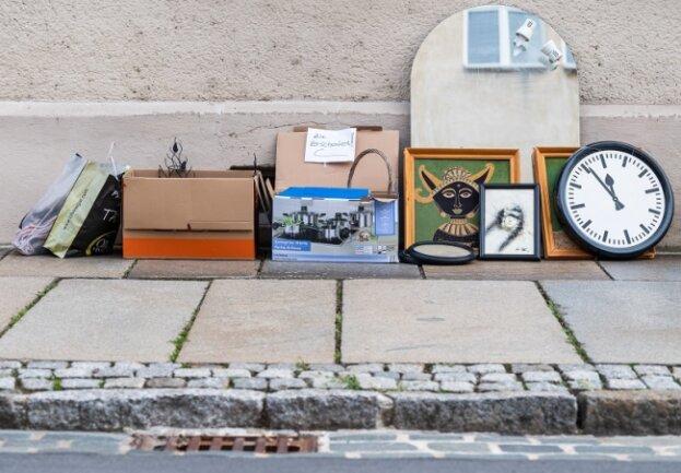 Einerseits sollen die Grundgebühren für die Müllentsorgung ab 2022 konstant bleiben, andererseits beabsichtigt der Vogtlandkreis neue Extra-Gebühren für Sperrmüll und mittelfristige Einschnitte bei den Papiertonnen - und er deutet weitere Unwägbarkeiten an.