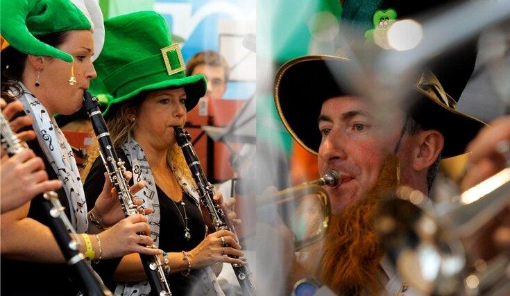 """<p class=""""artikelinhalt"""">Die Dublin Concert Band musizierte teilweise mit Hüten in irischen Landesfarben und mit falschen, typisch roten Bärten. </p>"""