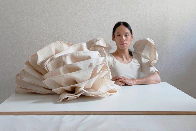 """Kostüm und Skulptur gehen in Minh Duc Phams Performance """"Love Me, Love Me Not"""" ineinander über, kürzlich im Kulturverein """"Open Space"""" in Hannover zu sehen."""
