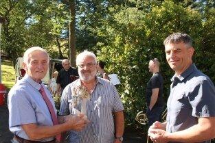 Jürgen Löschner erhielt von Prof. Gerd Kaden und Sohn Matthias Kaden (v. l.) ein Sterling-Motor-Modell.