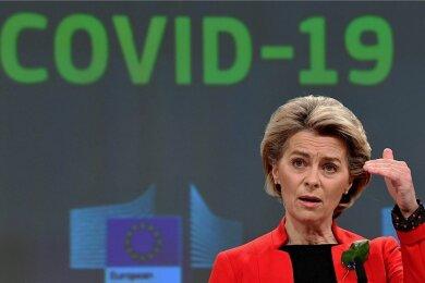 """EU-Kommissionspräsidentin Ursula von der Leyen spricht während einer Pressekonferenz in Brüssel am Mittwoch über das weitere Vorgehen in der Coronakrise. Die Europäer sollen im Sommer wieder mehr reisen können, kündigte sie an. Ein """"grünes Zertifikat"""" für Impfungen und Tests soll das möglich machen."""