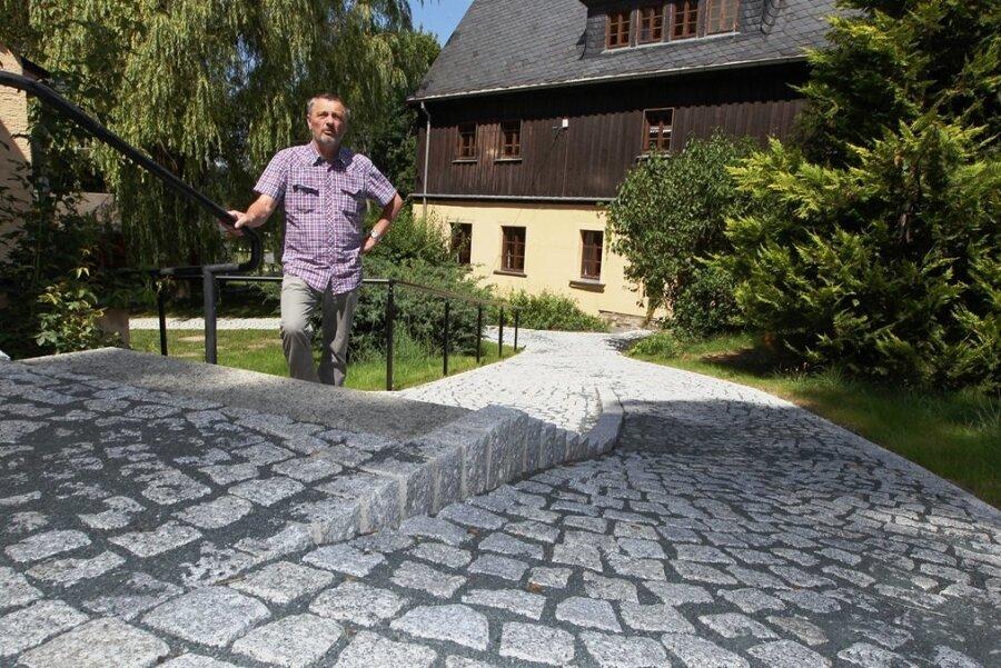 Thomas Enders ist nicht nur Mitglied im Kirchenvorstand, sondern auch die gute Seele auf dem Pfarrhof in Kürbitz, gleich neben der Salvatorikirche. Im Hintergrund: das derzeit unbewohnte Pfarrhaus.
