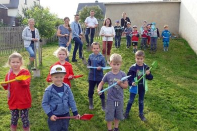 """Symbolisch vollzogen die Kinder der Kita """"Borstel"""" in dieser Woche einen Spatenstich für den Beginn der Bauarbeiten."""
