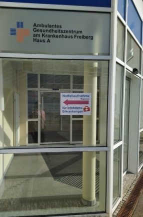 """Ambulante Corona-Tests werden im Krankenhaus Freiberg in der """"Notfallaufnahme für Infektionserkrankungen, erkennbar durch die Beschilderung mit Rotem Koffer, vorgenommen."""