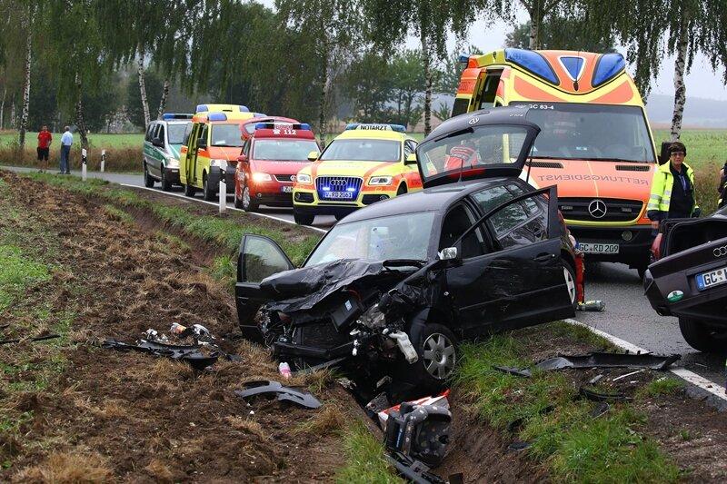 Schwerer Unfall: Eine Tote, vier Verletzte