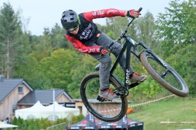 Der 13-jährige Robin Müller aus Neuschönburg bei einem Probesprung am Samstagvormittag.