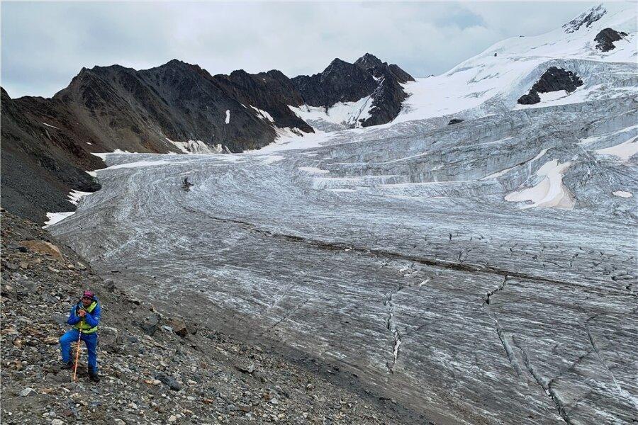 Demut vor der Natur: Bergführer Raphael Eiter am Taschachgletscher, der sich heute noch acht Kilometer in Richtung Pitztal schiebt.