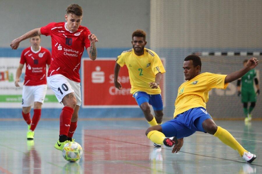 Diego Fogaca Valente (links) tritt mit HOT 05 Futsal am Samstag gegen die HSV Panthers an. Das Foto entstand beim Freundschaftsspiel im August gegen die Nationalmannschaft der Salomon-Inseln.