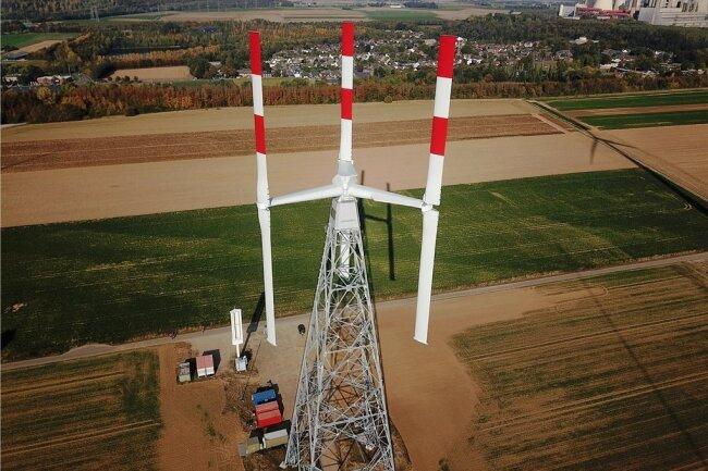 Alles senkrecht: Dieser Prototyp einer neuen, leiseren Windkraftanlage mit Vertikalrotor wird derzeit in Deutschland bei Grevenbroich getestet.