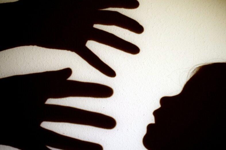 Die Täter bleiben oft im Schatten, die Kinder tragen ihr Leben lang am Erlittenen: Sexueller Kindesmissbrauch ist immer auch ein Stück seelischer Grausamkeit.