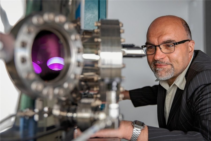 Professor Olav Hellwig an einer Anlage zur Herstellung magnetischer Dünnschichtsysteme an der TU Chemnitz. Zusammen mit anderen Wissenschaftlern erforscht er künftige Technologien für die Datenspeicherung und -übermittlung.
