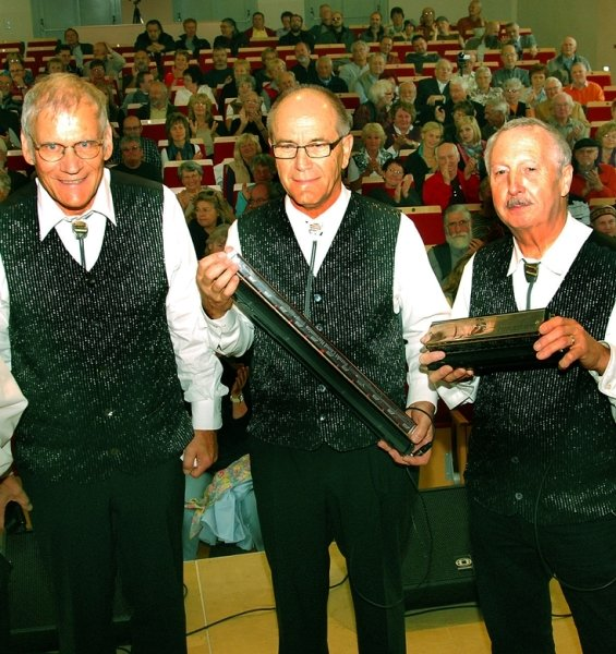 Friedrich Siegenthaler, Friedrich Meyer und Eugen Buser (von links) von den Mikados aus Schweiz am Samstag beim Galakonzert in der Aula des Sulzentrums am Amtsberg. Nicht im Bild ist Willi Siegenthaler. Das Quartett trat neben Rhythmus Harmonika Quartett aus Hildesheim sowie Rupert Oysler sowie Jimi Lee aus den USA auf.