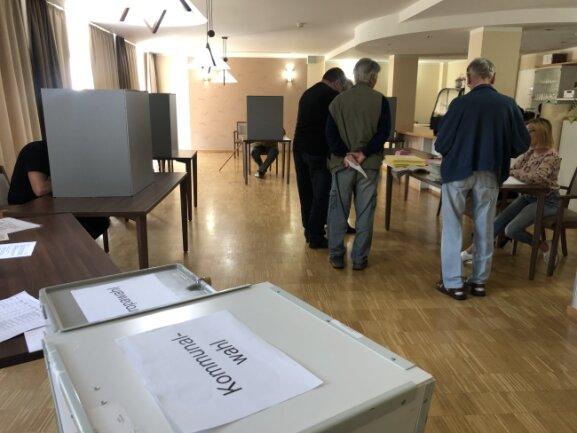 Rege Beteiligung: In diesem Kirchberger Wahllokal haben die Wahllhelfer alle Hände voll zu tun.