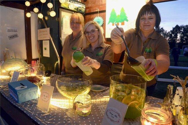 """Hatten beim Getränkeverkauf ihrer Bowle-Spezialitäten an der """"Griebacher Bowle Bar"""" viel zu tun: Kerstin Willam, Melanie Pohl und Yvonne Mich (von links)."""