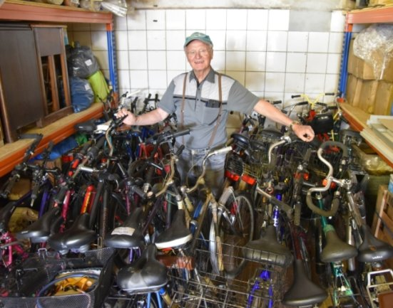 Bernd Weißbach, Vorstandsmitglied und Lagerverwalter der Kinderhilfe Westafrika, inmitten von Fahrrädern, die von Oelsnitz aus per Container ins westafrikanische Land Benin transportiert werden.