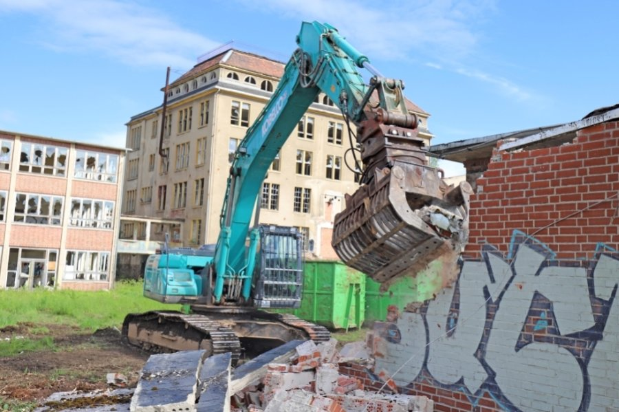 Unerbittlich frisst sich der Abrissbagger durch das ehemalige Trafohäuschen des Porzellanwerks.